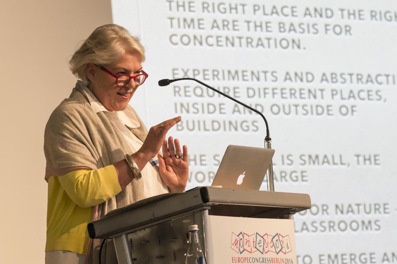 Ulrike Kegler, Leiterin der Staatlichen Montessori Schule Potsdam, bei ihrer Keynote